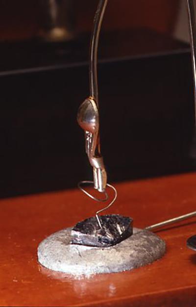 検波器はアンテナやアースを指定通りにした後、クリスタルイヤフォンで聞きながら細かな調整をする。