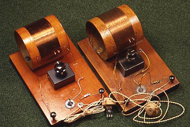 [銀河2型]の完成の一例(左)とおよそ10年前に作ったプロトタイプ
