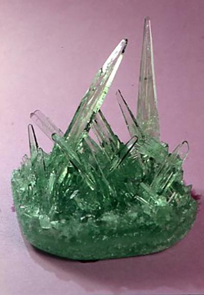 ペットボトルの底で結晶した硝子結晶の一例