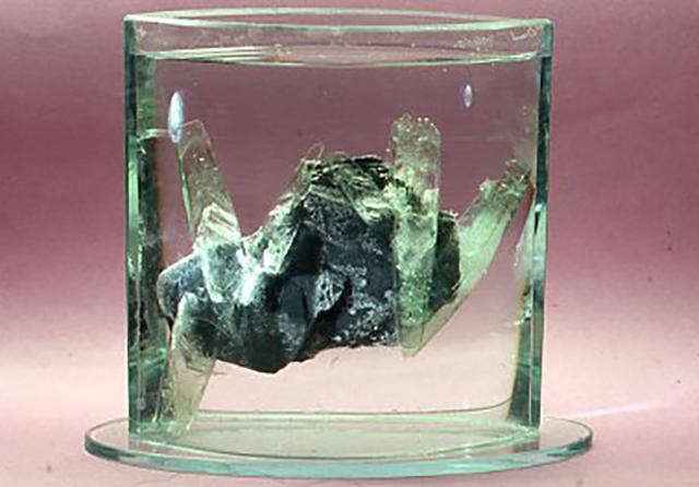 硝子結晶と言っても硝子そのものではないが、ガラスの容器の中で育成を続けてもおもしろい。