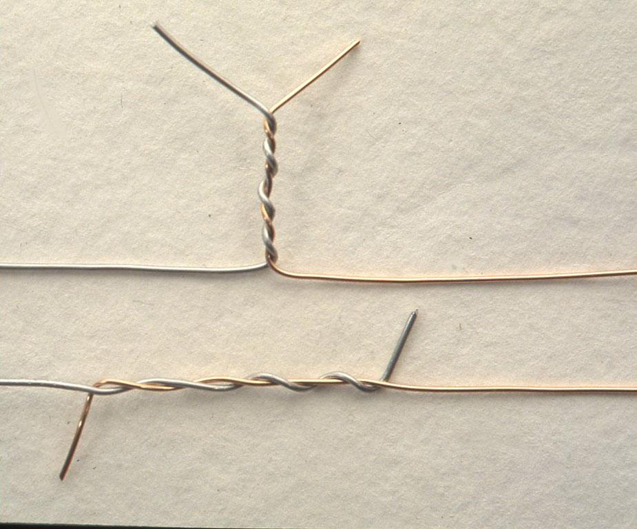 今回はハンダ付けをしないので、線と線をねじって接合します。ハンダ付けをするときは、下のようにハンダ付けをして出っ張りを切りますが、ねじっておけば再びはずすこともできます。