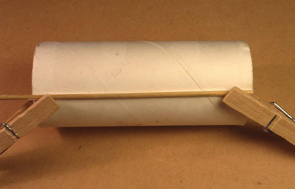 まずコイルの芯を作ります。 トイレットペーパーの芯に、焼きとり用の竹串か、割 り箸を細くしたようなものを、ボンドかセロテープで固定します。