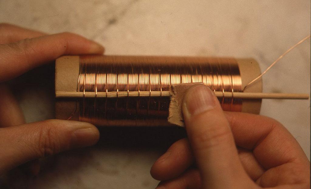 芯に穴を2つあけてエナメル線の巻きおわりを通して固定したあと、サンドペーパーでタップのところの被覆をはがしておきます。