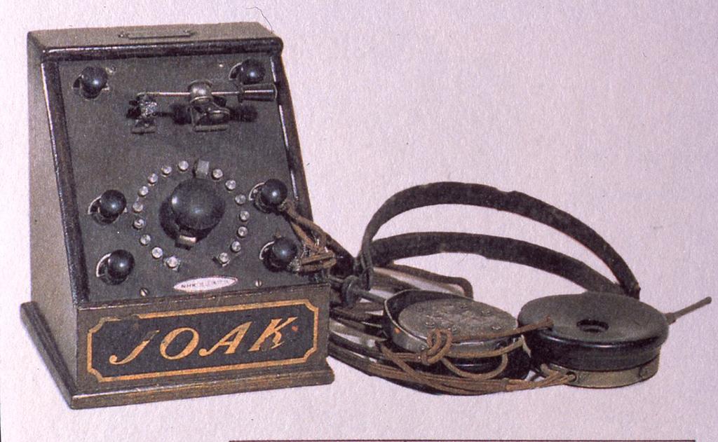 JOAKの本放送が始まった大正14年当時のヘッドフォン付き鉱石ラジオ。