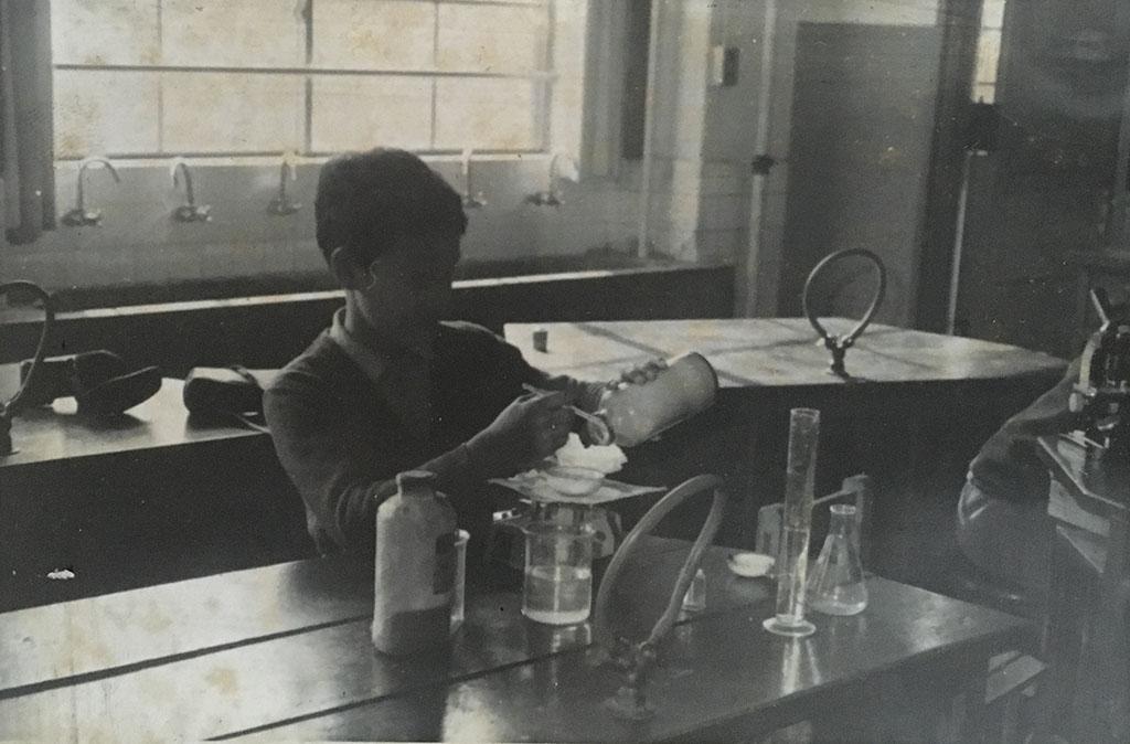 科学実験をする小学生の頃の小林健二。偶然に発見された古い写真。