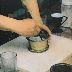 2,柔らかく握れるくらいになるように蒸留水を混ぜる。料理に例えるならば蕎麦をうつ感覚の柔らかさと言える。