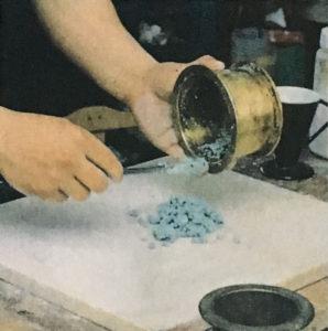 5,スラブ(大理石の板)か厚めのガラス板の上にのせて、練り混ぜる準備をする。木や金属の板だと違う顔料やゴミが混ざったりする恐れがある。