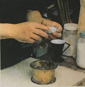 7,均一に練られたパテ状のものを手でパステル一本分の大きさに固める。時間をかけすぎるとボロボロに乾いてしまうので注意。
