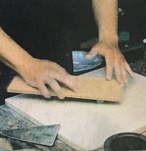8,板を使ってパステルを転がし、円筒形のかたちに整える。あまり細くしすぎると、乾いたときに折れやすいものになってしまう。