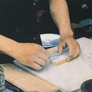 9, さらに自作の木型で挟んで成型するのも良い。固まって木型にくっつかないように、このとき紙で手製のラベルを巻いておくと良い。