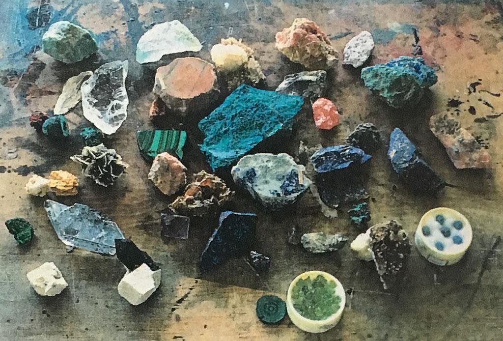 小林さんの鉱物、岩石コレクションの一部。この中から柔らかいものは顔料にすることができる。