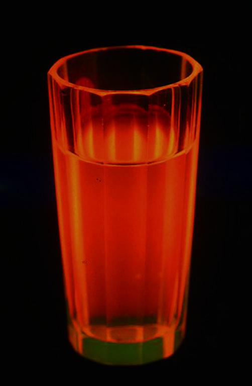 トークでしばしば行う化学実験の一つ 明滅する蛍光溶液(ペロウソフ・ザボテンスキー氏からの報告