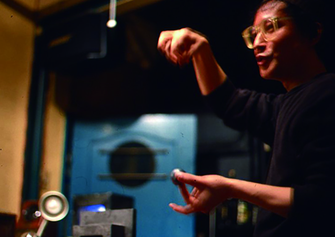 化学実験や電気の不思議な働きなどを自身の作品を通じて楽しむ体験型のトークショーを行っている。 *Gallery ef(東京)でのトークの様子。