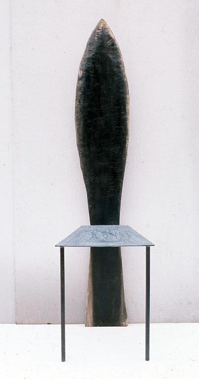 小林健二の道具の中でも、木工のための工具は多い。このイスの木の部分は、釿(ちょうな)と言われる道具使用。