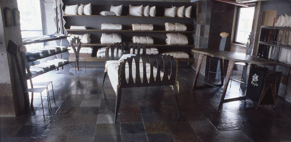 寝具専門店Al-jabrの内装や什器製作の依頼により製作された小林健二の家具たち。