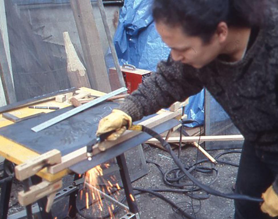 プラズマカッターで鉄板を切断している小林健二