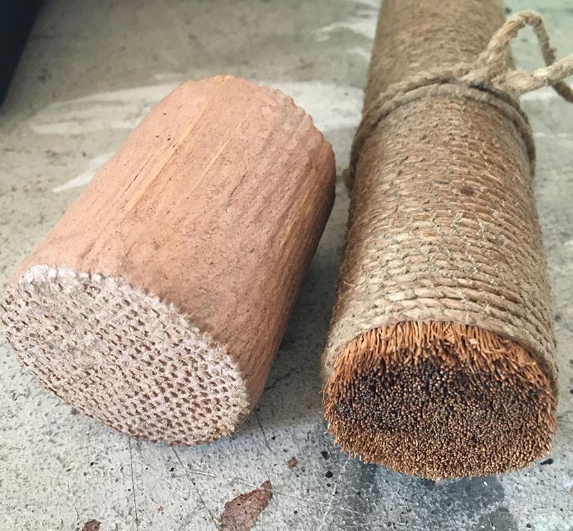 ウズクリ(茅などを束ねて荒縄で縛ったもの。木を磨くと木目を出すことができる)と小林自作の多分細い木を束ねてかtがめてある道具で堅木などは茅よりもこちらの方が強く磨ける模様。