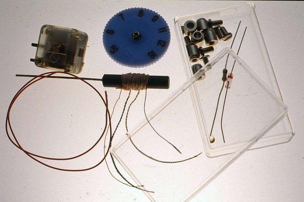 材料 コア入リコイル 1本(作例ではマックス印のPA 63Rというタップ付きインダクタンスコイルを使用しています) ポリヴァリコン(単連290 pF)1個 ヴァリコン用ツマミ 1個 ゲルマニウムダイオード 1本 抵抗1/4W(4分の1ワット)500kΩ(キロオーム)1本(この抵抗はなくてもかまいません) ターミナル、あるいはそのかわりとなるネジ等の金具 配線用エナメル線 10 cmほど クリスタルイヤフォン 1個 ケース(作例では透明のプラスチックの箱、外形4 cm× 7cm X 1 5cmを使いました)