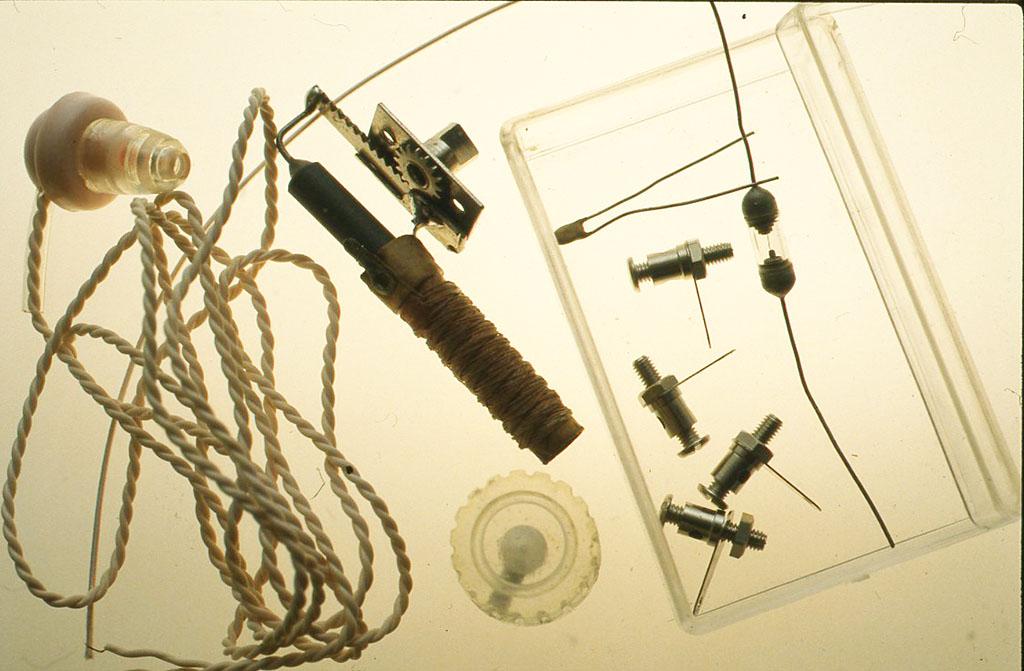 材料 ミュー同調器 1個 セラミックコンデンサー(100pF)1個 ターミナル 4つ ツマミ 1個 グルマニウムダイオード 1本 配線用エナメル線 10 cm クリスタルイヤフォン 1個 ケース(作例では透明のプラスチックの箱、外形4 5cm X7cmX2cmを使いました)