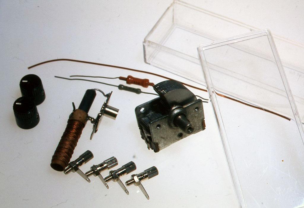 材料 ミュー同調器 1個 ヴァリコン単連290 pF l個(作例では古いミゼットヴァリコンを使用しています) グルマニウムダイオード 1本 ツマミ 2個 ターミナル 4個 配線用エナメル線 10 cmほど クリスタルイヤフォン 1個 ケース(作例では透明のプラスチックの箱、外形4cmX10cmX2 5cmを使いました) (写真には抵抗も1本写っていますが、今回使用しませんでした)
