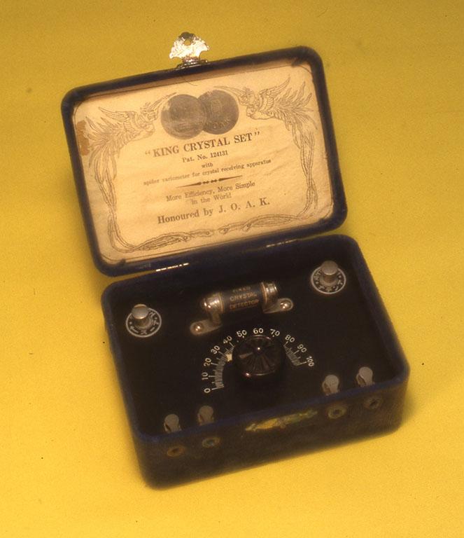 JOAK開局から間もない頃、当時のVIPに贈呈された珍しい鉱石受信機。固定式鉱石検波器が使用されている。(小林健二蔵) W140xH67xD102mm