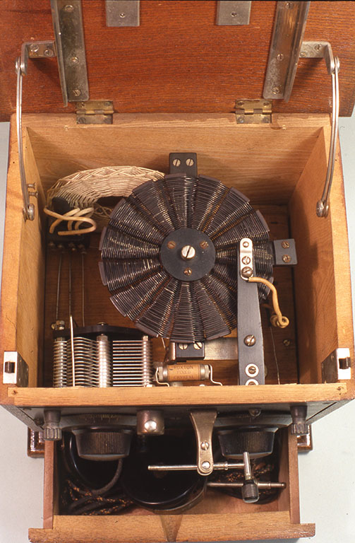 検波器はまだ完全にはレストアされていない。内部はしっかりとしており、表の検波器と並列に内部に「フォックストン」と呼ばれる古河電気の固定式の検波器がついているのが面白い。下部の引き出しには受話器が入っている。(小林健二蔵)W260xD227xH270mm