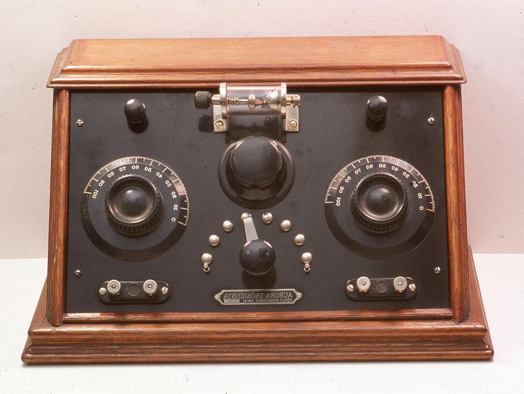 [昔風鉱石受信機] つまみ、ターミナル、ノッチスイッチ、検波器の金属ホルダー、コイル、バリコン、木製筐体まで全て小林健二の手製。W340xD203xH185mm