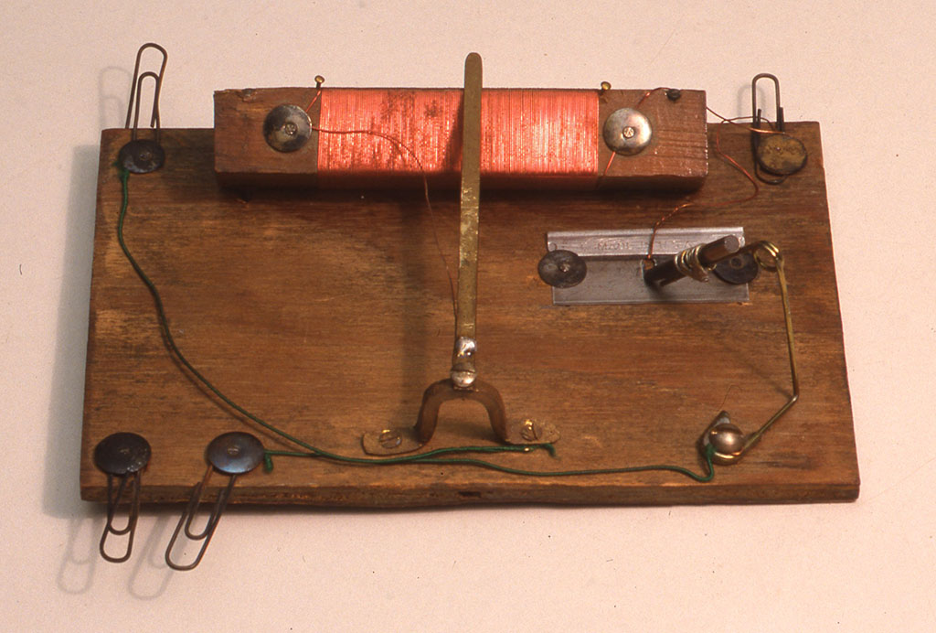 カミソリと鉛筆の芯によって作られた検波器を使った鉱石受信機。1940年代の米国の記事から小林健二が復刻したもの。W148xD98xH40mm