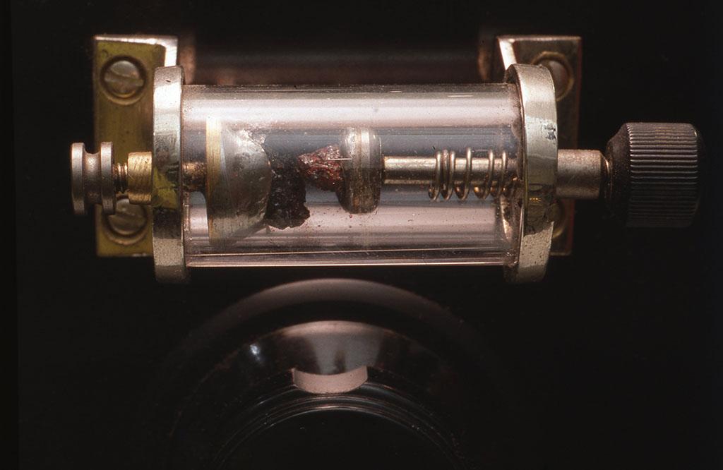 ガラスケースに収めた接合型鉱石検波器(小林健二製作)