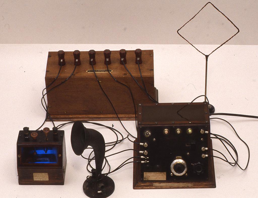 小林健二作品[夜光結晶短波受信機] 後ろの箱は電源。ディテクター(左)、スピーカー、本体(右)