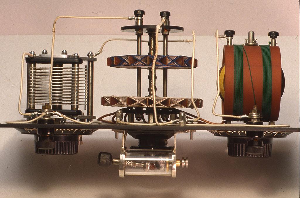 昔風鉱石受信機の内部 小林健二手製のバリコン、バリオメーター、バリコカップラーなど