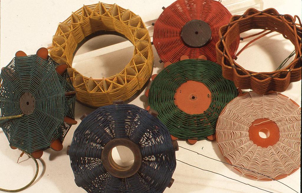 小林健二自作のコイルの一部。左上から二番目の黄色い線を使用しているコイルは小林健二設計による名付けて「クラウンコイル」