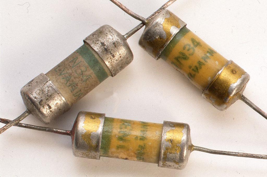 米国シルバニア社製のゲルマニュームダイオード。1940年代の製品としてはもっとも初期のものの一つ。