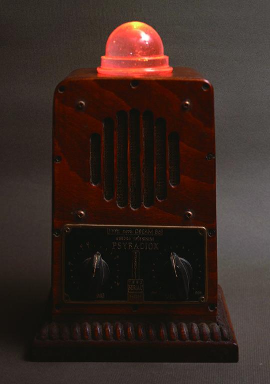 1986年に小林健二が夢の中で見たラジオを最初に作った「サイラジオ」第1号、音量とともに頭部の色が変わり明滅する。