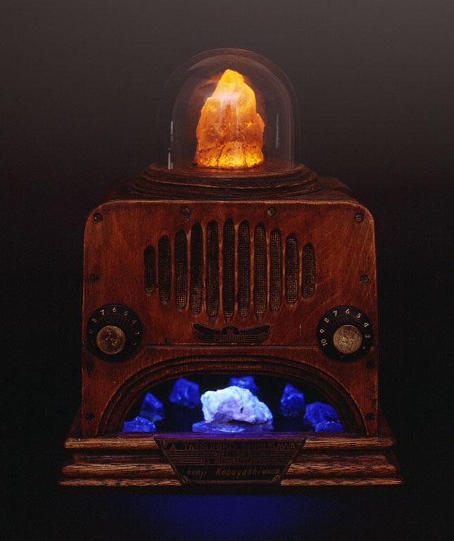 故渋澤龍彦氏へのオマージュとして'87年に作られたサイラジオの第2号。「悲しきラヂヲ」と名付けられている。一号機と同じく上部の結晶の色は明滅して変わる。下部には青色に光る環状列石のような石英が配されている小部屋がある。「サイラジオ」は鉱石ラジオではない。