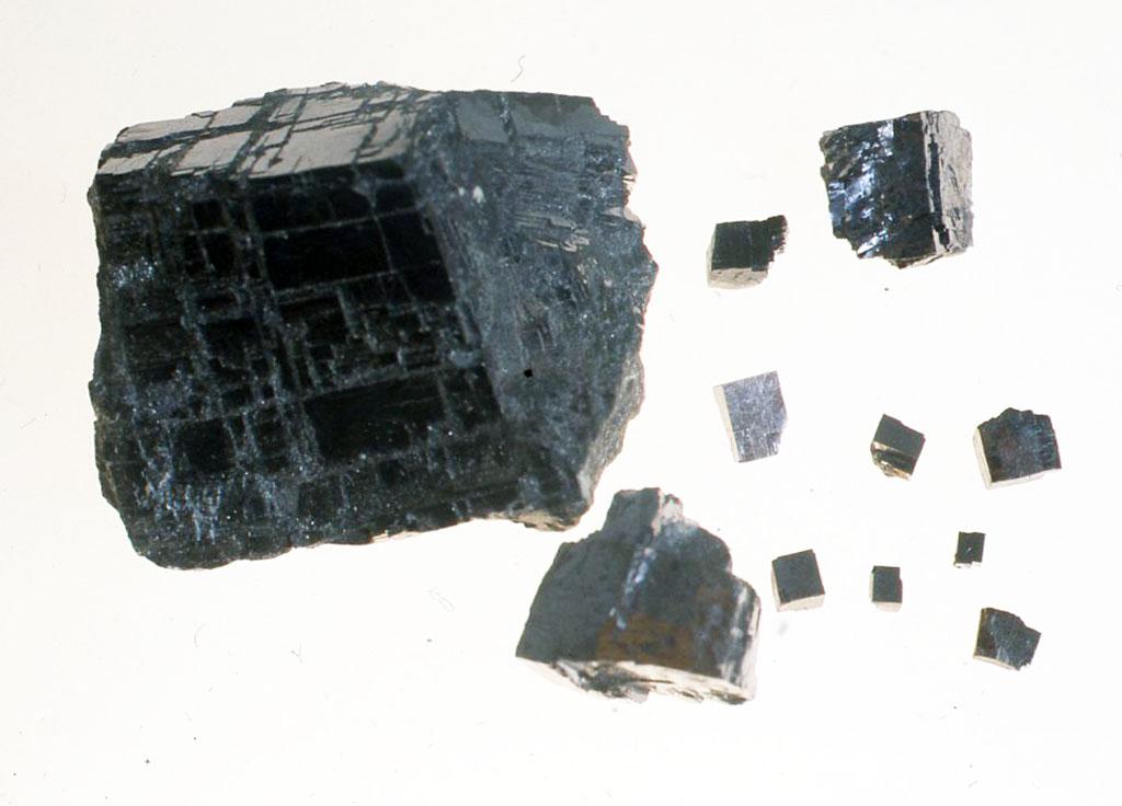 方鉛鉱ーGALENA(ガレナ)。フランクリン鉱山(アメリカ)産。 方鉛鉱はハンマーで軽く叩くと、完全な劈開(方向性のある割れ方をする)があるので、サイコロ状に割れます。