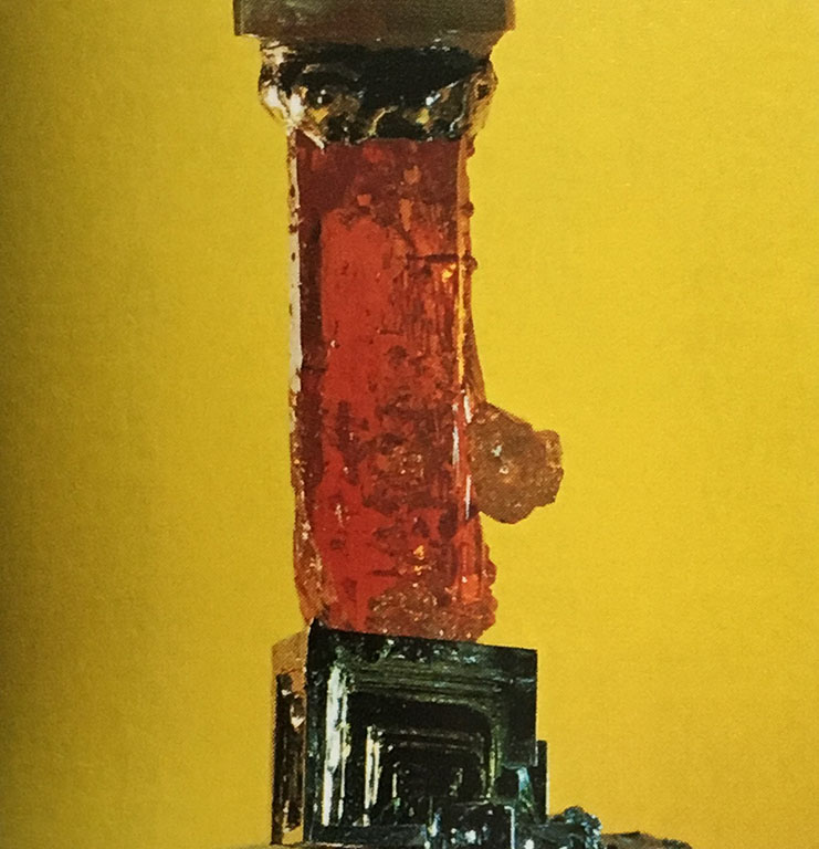 オレンジ色に透き通ったジンカイトと人工ビスマス(蒼鉛)の結晶検波器。とても感度がいい。