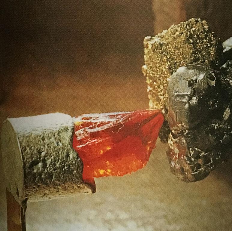 赤色のジンカイトと方鉛鉱の検波器。やはり感度大。