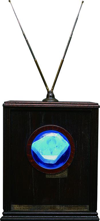 [CRYSTAL TELEVISION(鉱石式遠方受像機)] 中央のウレキサイトの画面に映像が浮かび出る受像機。音声は遠方から聞こえてくる。エジソンが構想していた霊界ラジオならぬ霊界テレビを連想させる作品。