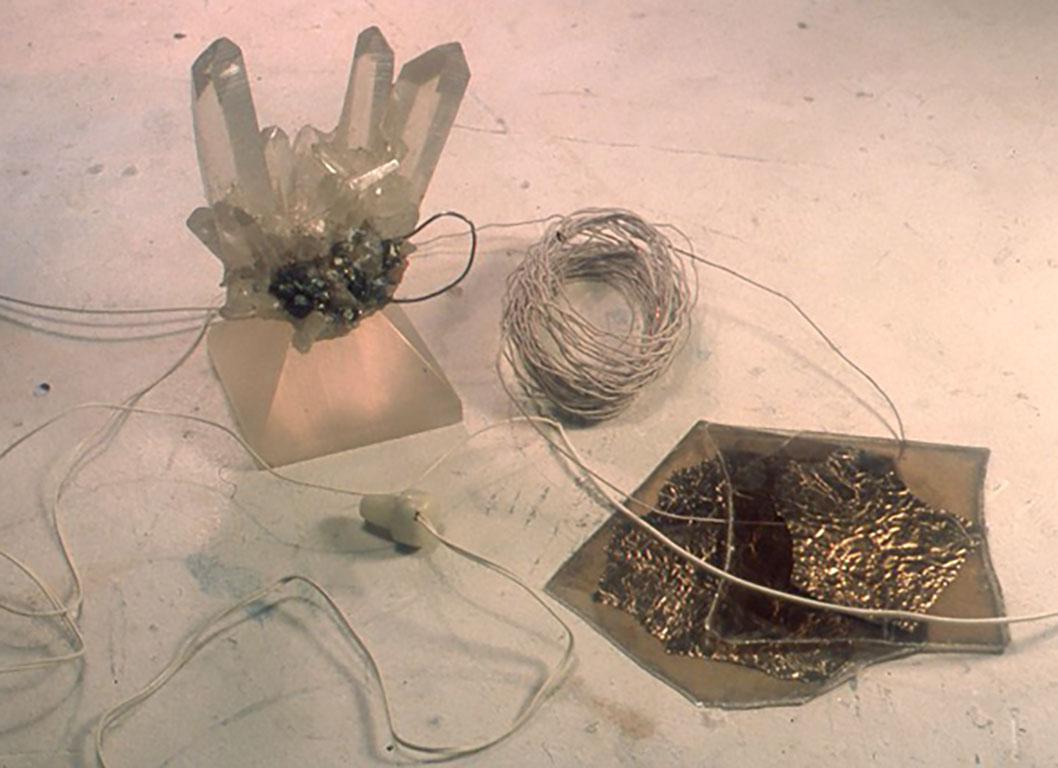 [健二式鉱石受信機] 小林氏が作る歴史的には存在しなかった最も原理的な鉱石ラジオ。束ねられた二重絹巻き銅線をコイルとし、白雲母の板に錫箔を貼ったバリコン、そして検波鉱物が共生している水晶などで構成されている。